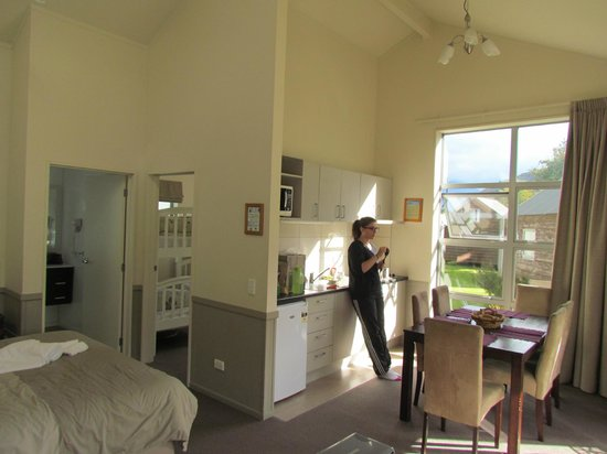 Queenstown TOP 10 Holiday Park: Kitchen and meals area
