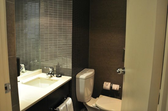 Rendezvous Hotel Melbourne: the small bathroom
