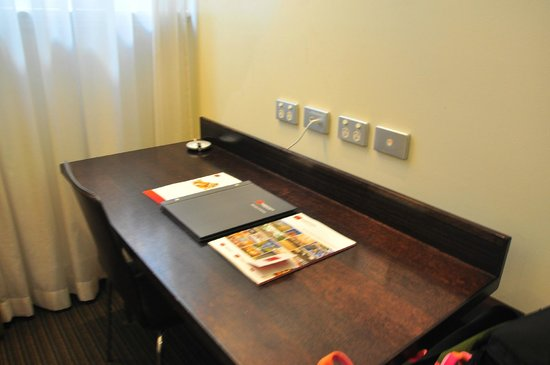 Rendezvous Hotel Melbourne: enough outlets and space in this table, we put our luggage under so we can have more room