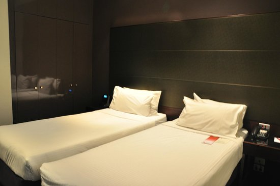 Rendezvous Hotel Melbourne: two single beds but not enough space