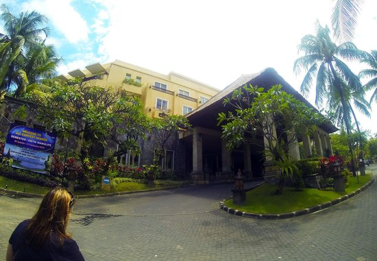 Kuta Paradiso Hotel: Front view