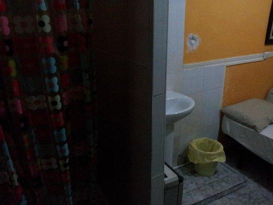 Hostal la Jerezana: pared con agujero y desconchones