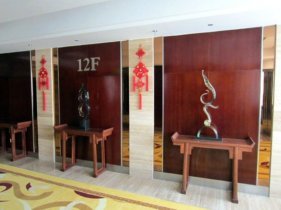 Lin An Hotel: Elevator lobby