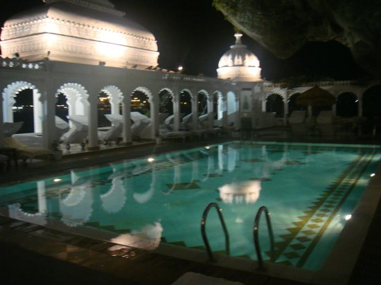 Taj Lake Palace Udaipur: Hotel pool  - gorgeous especially at night