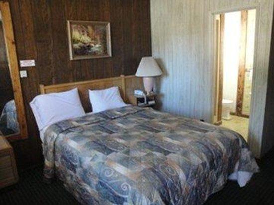 Pinewood Inn: Queen Bed SMOKING