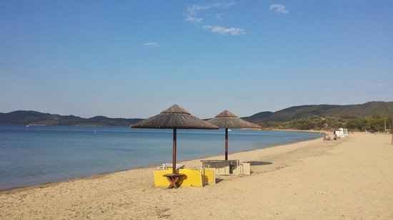 Comitsa Camping Beach: Beautiful and clean beach, clean and organized rooms, quiet place for family vacation.