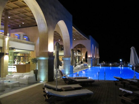Boutique 5: Abendstimmung Pool mit Restaurant dahinter