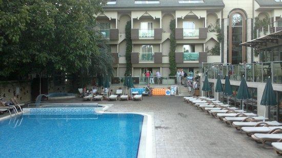 Ambassador Plaza Hotel : Бассейн и главный корпус(прямо)