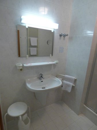 Hotel Am Stiftswingert: Large clean bathroom