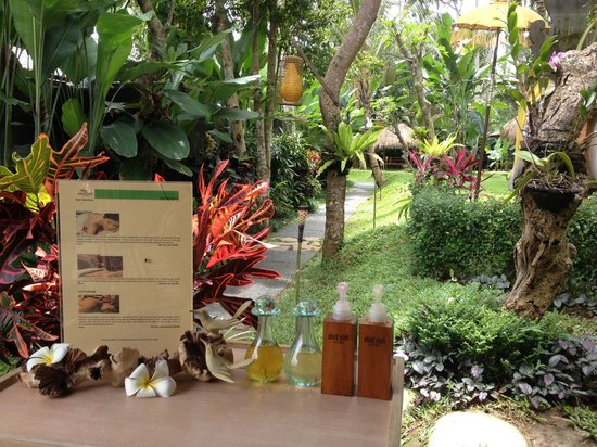 "Ubud Padi Villas: Free welcome ""foot massage"" at the lobby"