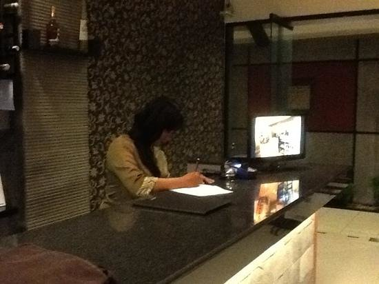Puri Chorus Hotel: reception desk