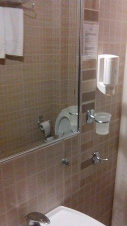 Maison Hotel: Bathroom
