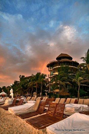 El Taj Oceanfront & Beachside Condos Hotel: пляж и корпус отеля