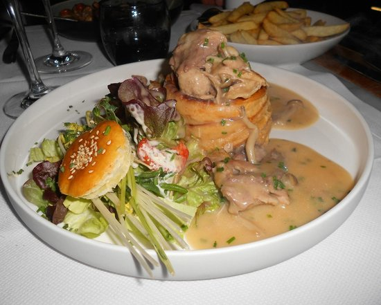 Brasserie Raymond: Vol-au-vent with chicken, sweetbreads and mushrooms
