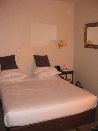 Hotel Magda Champs Elysées: Спальня в 2-комн. номере