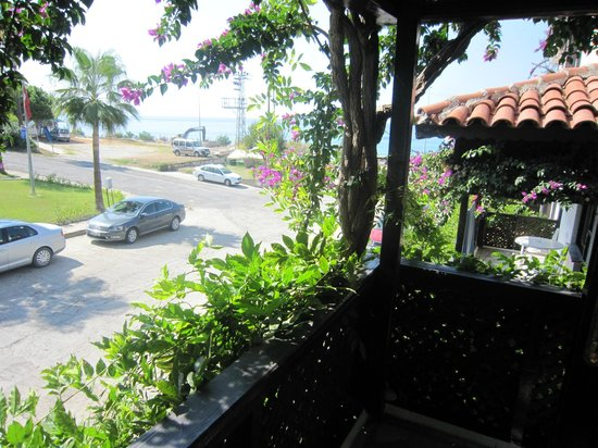 Club Hotel Titan: Aussicht von unserem Balkon, Strand ist durch eine Unterführung schnell erreichbar