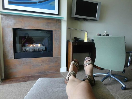 Malibu Beach Inn: Put your feet up & Relax with a cozy Fire