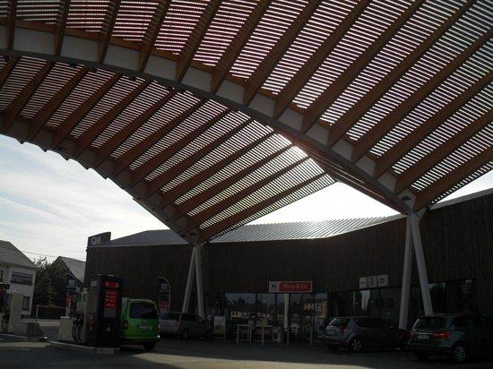 Le Merceny Motel : la station essence.