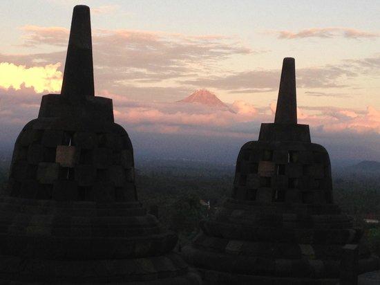 Plataran Borobudur Resort & Spa: temple at sunset