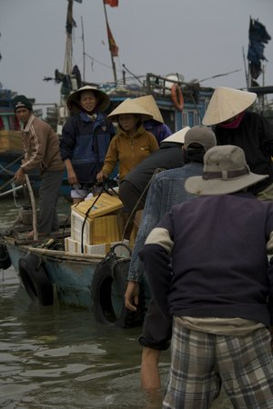 Hoi An Photo Day Tours & Workshop : Boat skirmish