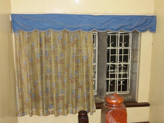 Hartebeest Camp and Guest House: Cramped room curtain