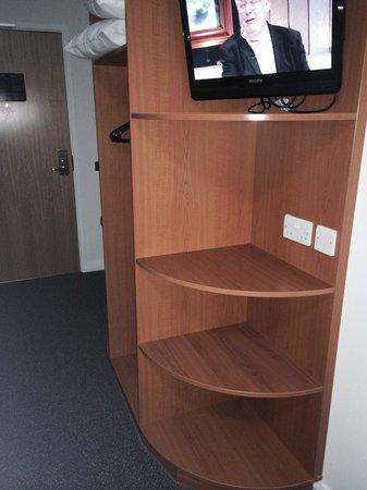 Premier Inn Ashford (Eureka Leisure Park) Hotel: TV stand
