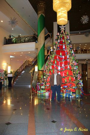 Hilton Hanoi Opera : Arbol de Navidad en el hall del hotel