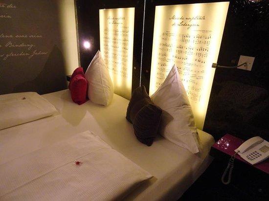 Hotel Sonne: На стене - музыка, на полу - живопись