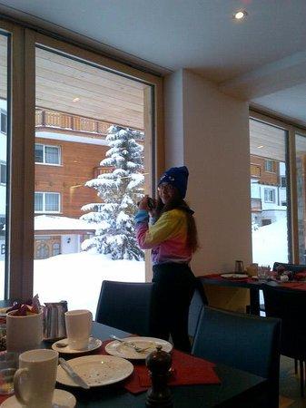 Elite Alpine Lodge: My daughter enjoying the view:)