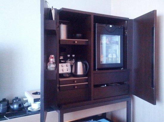 The Okura Prestige Bangkok : cabinet with coffee maker, fridge