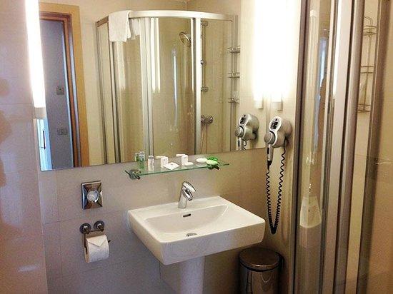 Hotel Christina: Ванная номера Твин