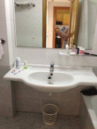 Apartamentos Benibeach: vanity area all very clean and plenty space