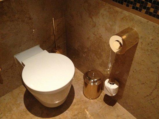 Mardan Palace : Не менее роскошный золотой туалет