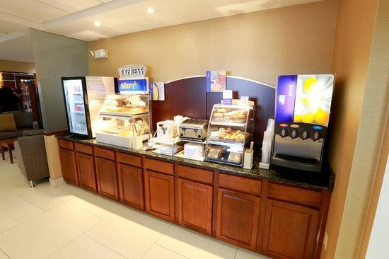 Holiday Inn Express Hotel & Suites West Chester : Breakfast Bar