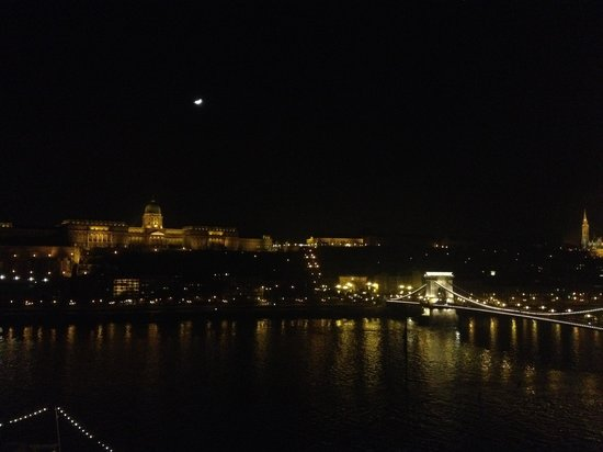 Sofitel Budapest Chain Bridge : Vue de la chambre 817 by night