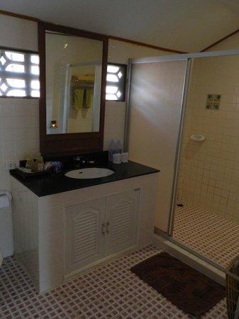 P.P. Erawan Palms Resort: bagno camera standard