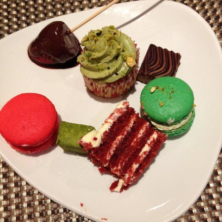 Pan Pacific Singapore: Dessert selection from Edge restaurant