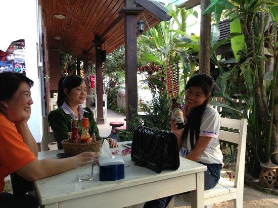 Muonglao Guesthouse: Gezellig op het terras met de overdag aanwezige dames