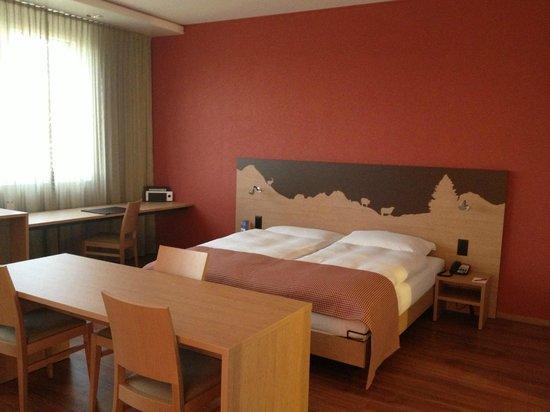 SwissEver Hotel Zug: Кровать