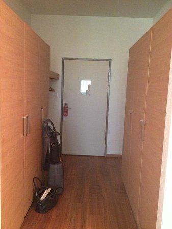 SwissEver Hotel Zug: Входная дверь