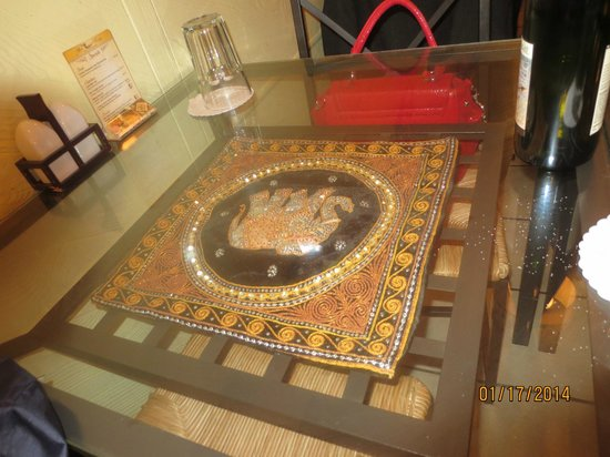 Mae Kong : glass topped table