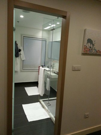 Crowne Plaza Tel Aviv City Center: entrance of the bathroom