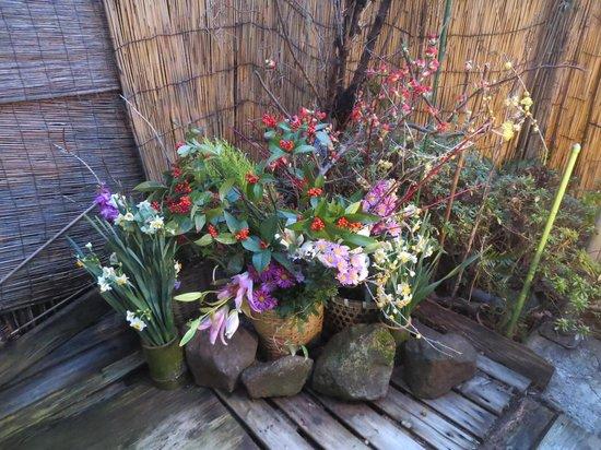 Tsutaya: 露天風呂に飾られていた花