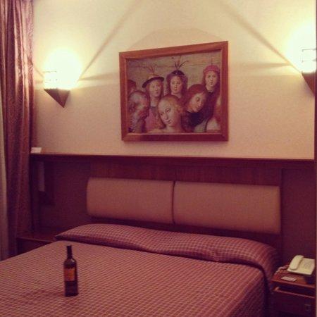 Sangallo Palace Hotel: Camera e bottiglia di chianti!