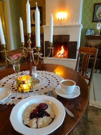 Kvarnbo Guest House B&B: Breakfast in front of fire place