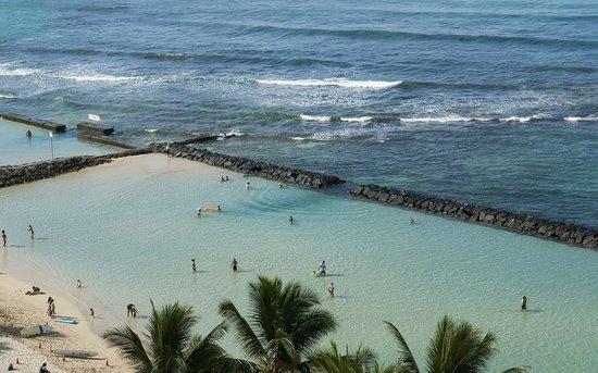 Aston Waikiki Circle Hotel : Your swimming pool