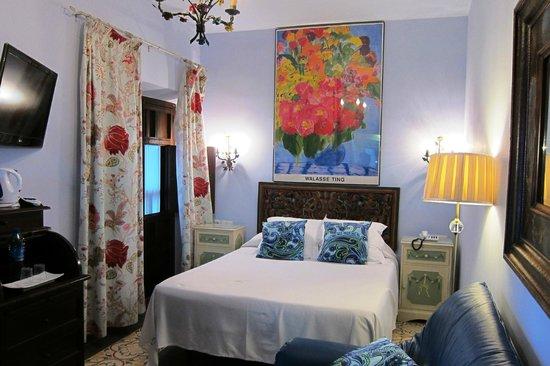 El Rey Moro Hotel Boutique Sevilla: A view of our pretty little room facing a Santa Cruz lane.