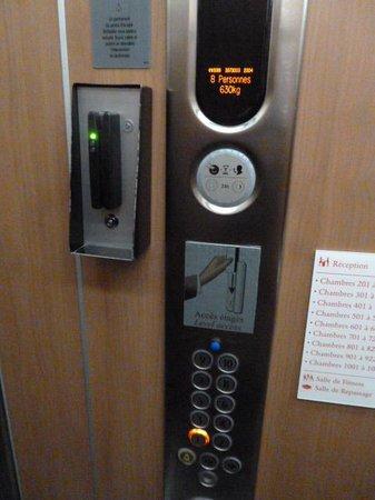 Novotel Suites Paris Nord 18ème: エレベーター(左側のスロットにキーを認識させないと動かない)