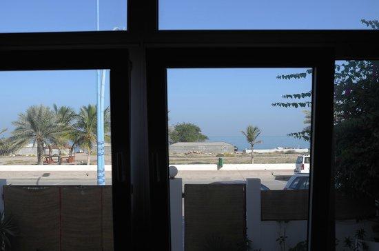 Lanavilla Guest House: Blick aus dem Aufenthalts-/Frühstücksraum aufs Meer