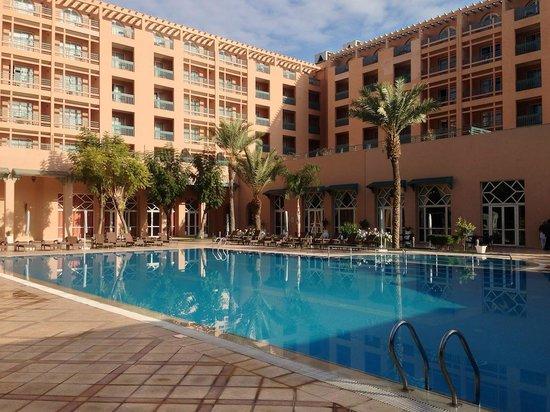 Ryad Mogador Menara : Piscine avec vue sur l'hôtel